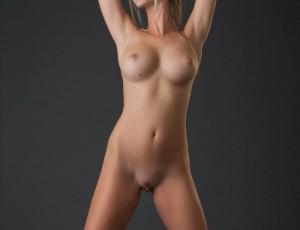 Страстная голая блондинка играет с большим клитором