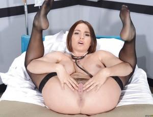 Развратная голая медсестра излечит Вас от скуки