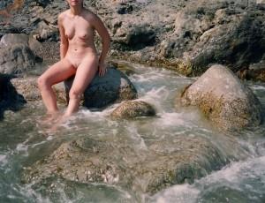 Голышом на пляже отдыхает молоденькая шлюшка