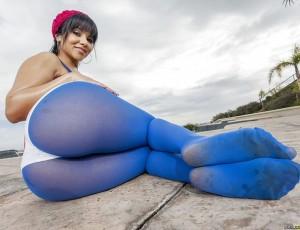 У девчушки синие колготки фото готовы сползти с ее ножек