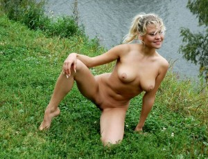 Девки с голой попой на природе