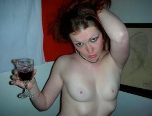 Пьяные женщины позируют фотографу