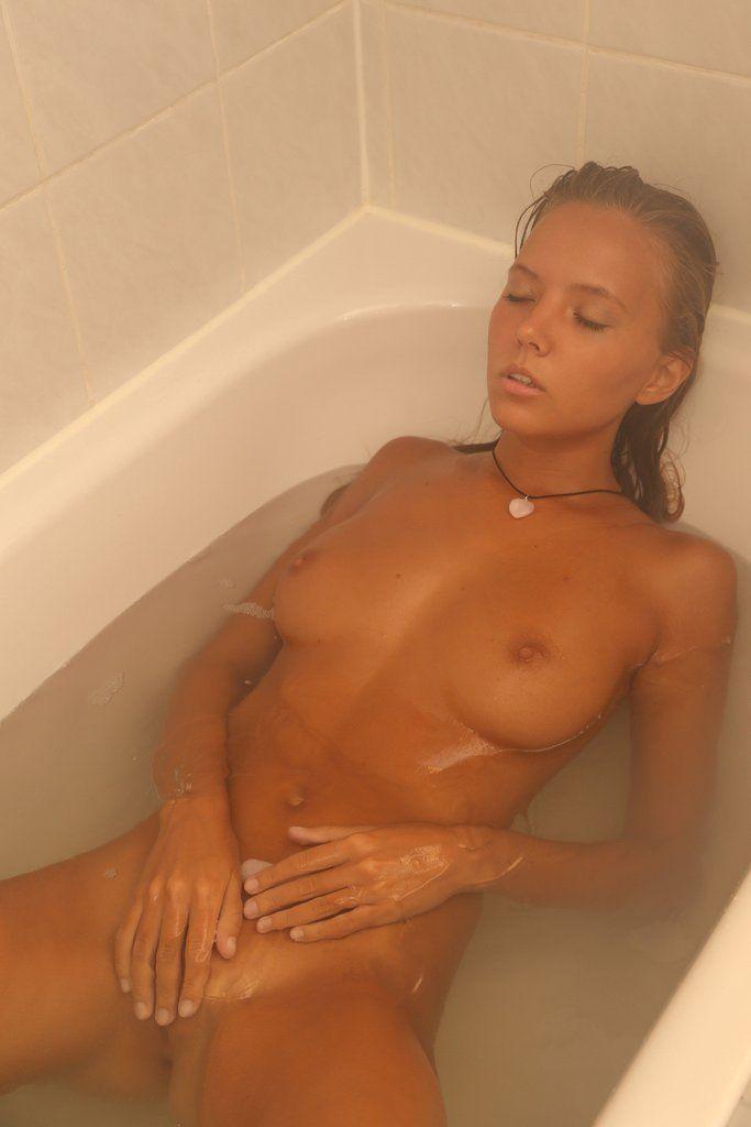Голая девушка лежит в ванне, кимберли като видеоролики эротика