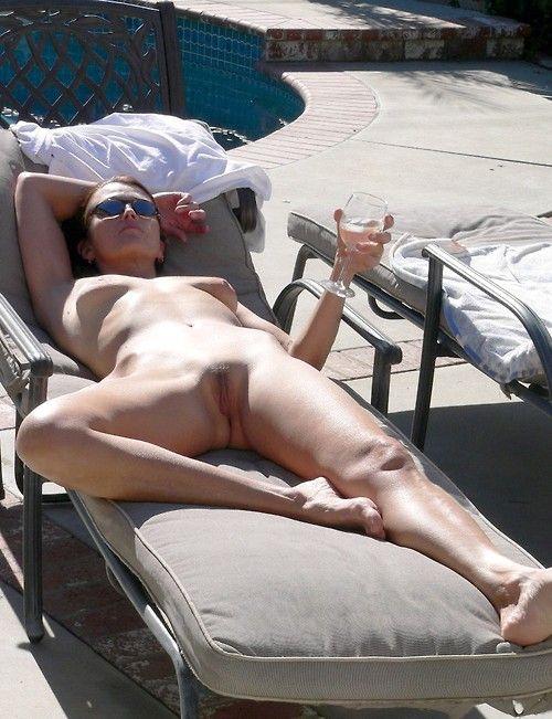 фото девушек присела раздвинув ножки