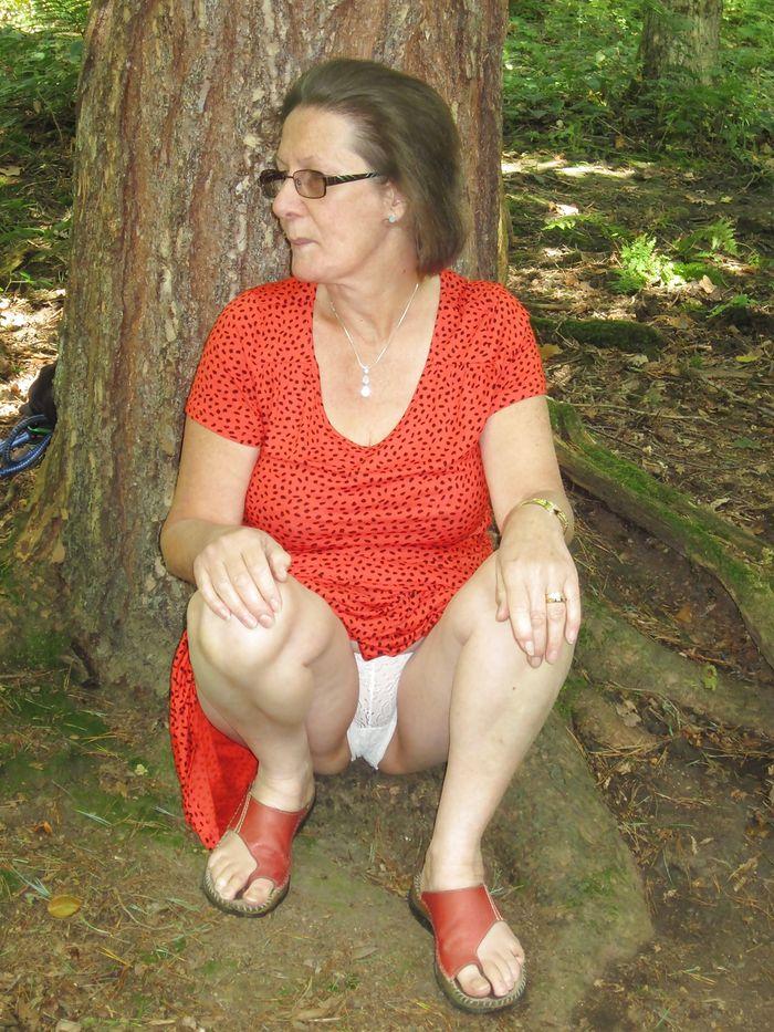 под юбкой у пожилых женщин фото