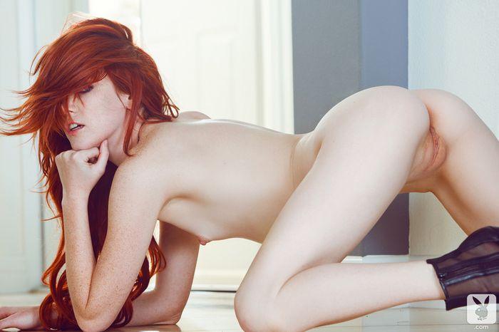 Рыжая голенькая прелесть готова соблазнить понравившегося самца