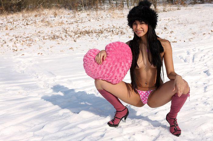 Пьяна девушка голая и ее фотосессия на снегу