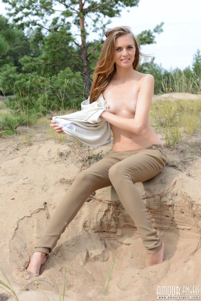 Бесстыжие и голые на пляже показывают свои бритые киски