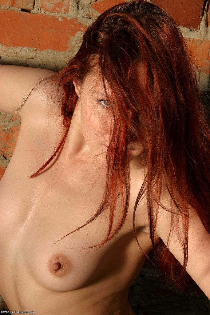 Зажигательная фото еротика в исполнении огневолосой бестии