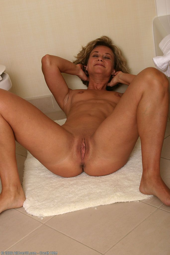 Жаждущие секса голые мамашки показывают свои сочные места