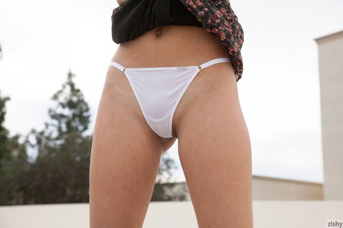 Фото голых девушек с накаченной большой попой в стрингах