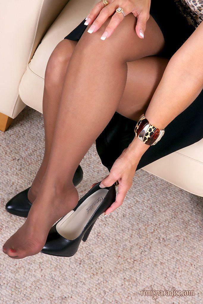 Попа из под юбки фото зрелой красотки