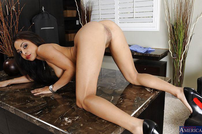 Фото голые девушки и их зрелище под юбкой