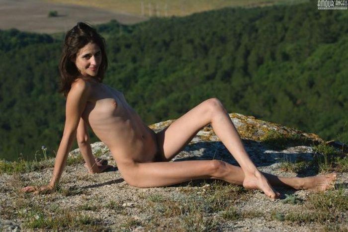 Голые волосатые девушки наслаждаются природой