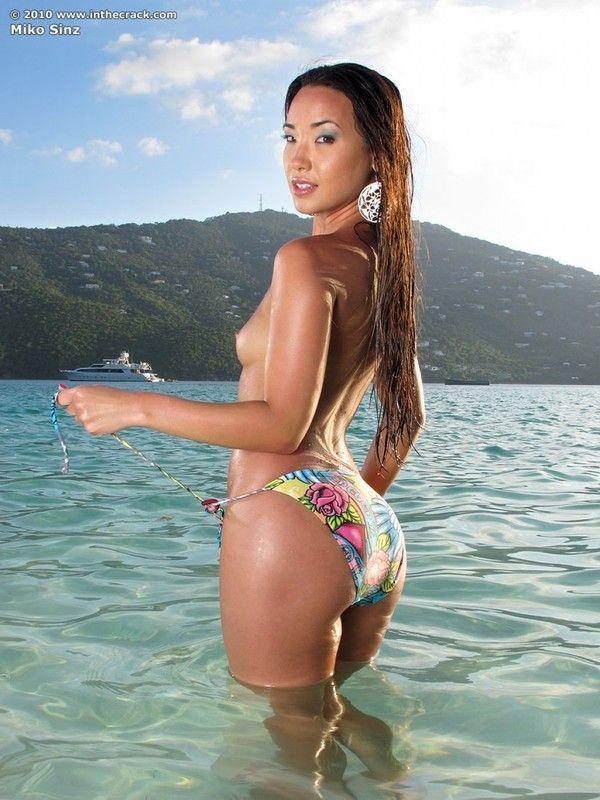 Голи женщина азиатка фото в бикини