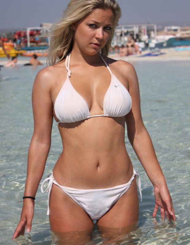Фотосупер стринги женщин на пляже