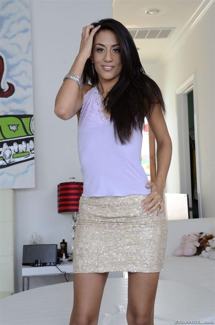 Layla Storm покажет что у нее под юбочкой