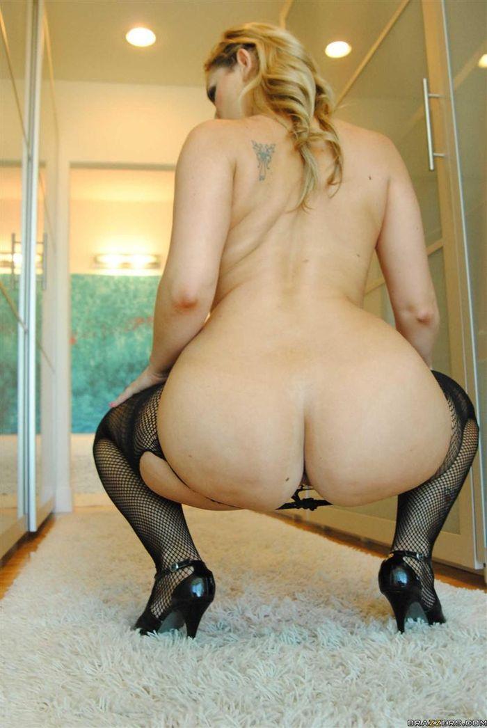 Briella Bounce снимет свои коготки и покажет свою кису