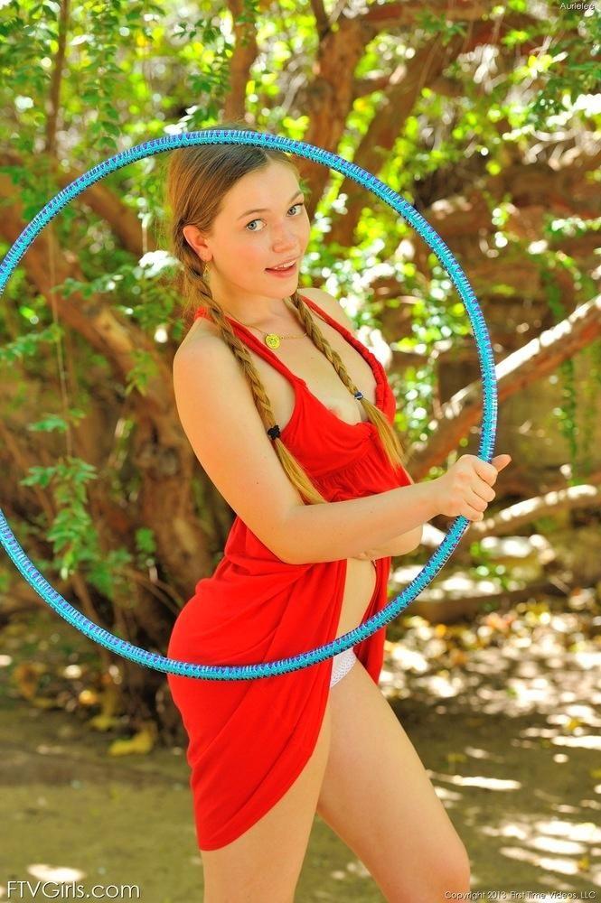 Молоденькая гимнасточка Aurielee Summers просто супер