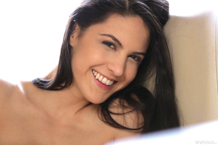 Шикарная малышка Carolina Abril позаботится о тебе